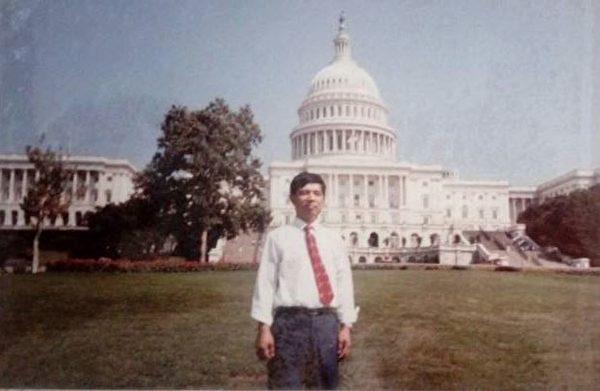 1990年曹紅如在美國國會山莊留影。(明慧網)