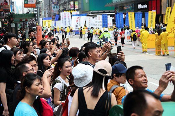 2018年10月1日「國殤日」,香港法輪功學員舉行盛大的反迫害集會遊行。壯觀的遊行隊伍經過旺角彌敦道,吸引市民遊客夾道觀看。(李逸/大紀元)