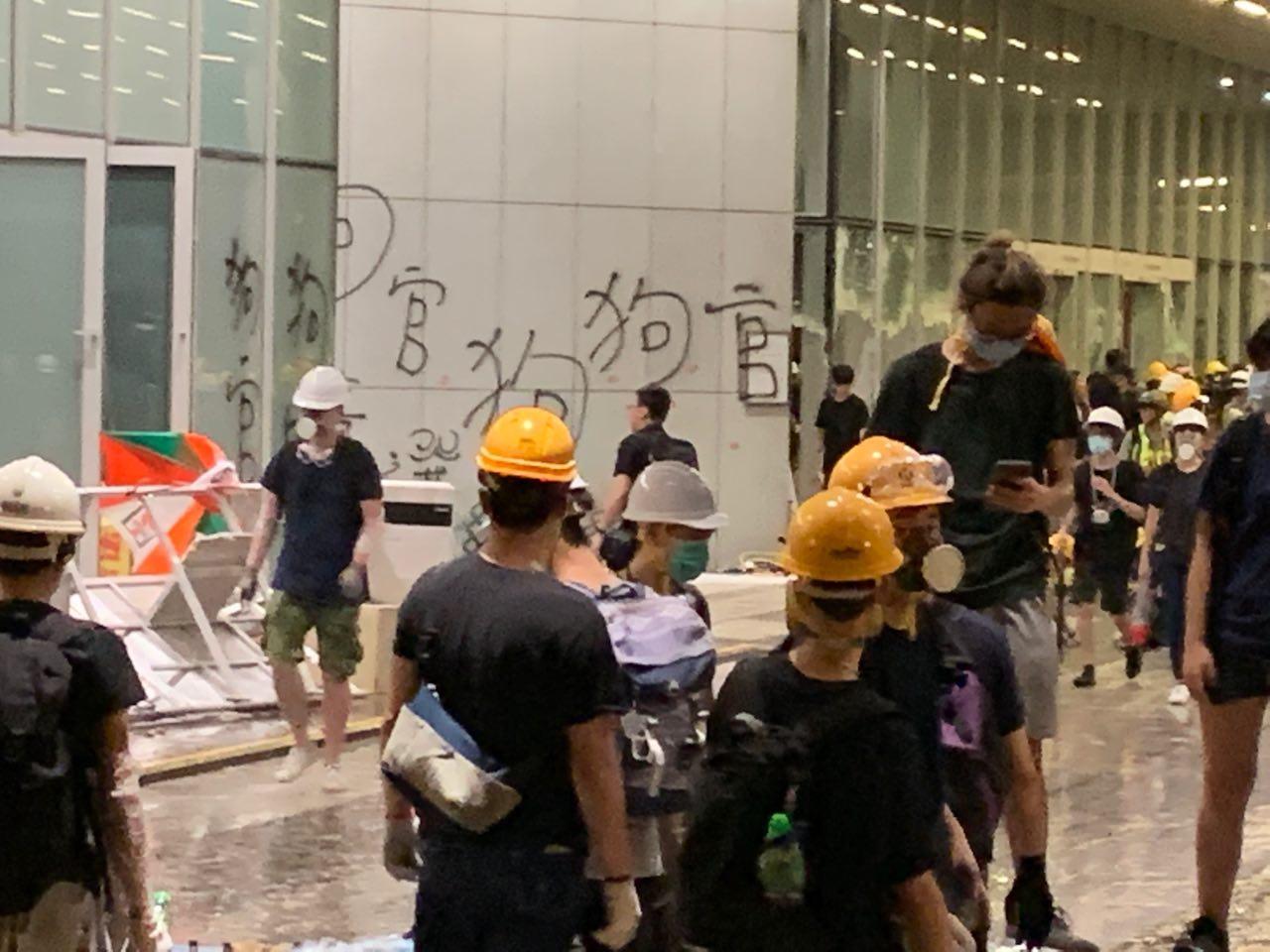 立法會大廳的牆上抗議學生塗鴉寫上大大的「狗官」字樣,在立法會的門外很遠處都能看清。(駱亞/大紀元)