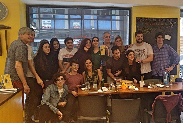 客人用餐後留在餐館,與法輪功學員一起祝賀世界法輪大法日。(明慧網)