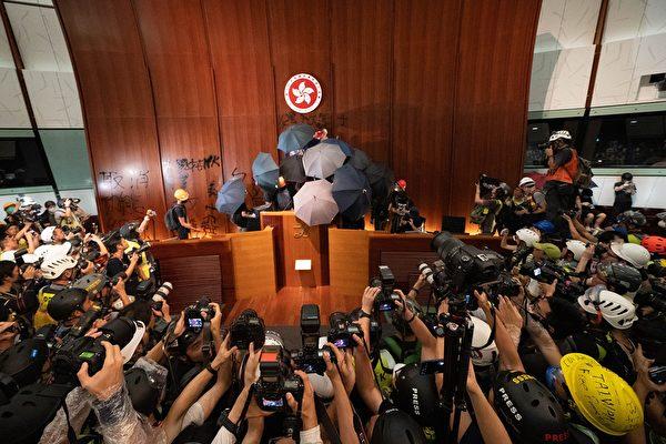 香港七一移交主權22周年之際,一幫年輕人與警察激烈衝突之後,衝進了立法會,成了輿論焦點。(李逸/大紀元)