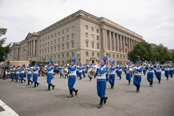 今年是美國法輪功學員連續第18年受邀參加美國獨立日大遊行,也是天國樂團連續第14年受邀。圖為法輪功天國樂團。(李莎/大紀元)