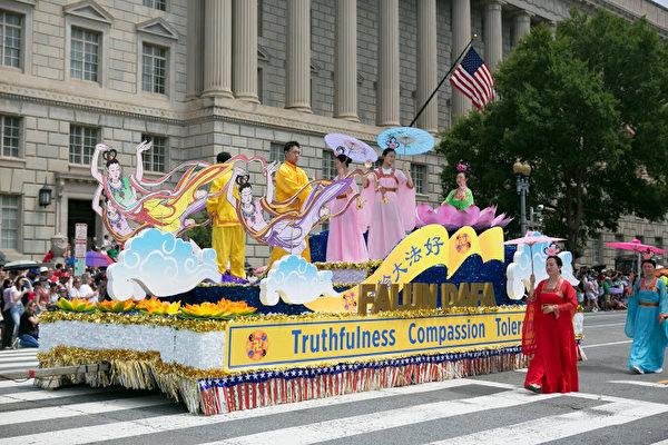 今年是美國法輪功學員連續第18年受邀參加美國獨立日大遊行,也是天國樂團連續第14年受邀。圖為法輪功遊行隊伍的花車。(李莎/大紀元)