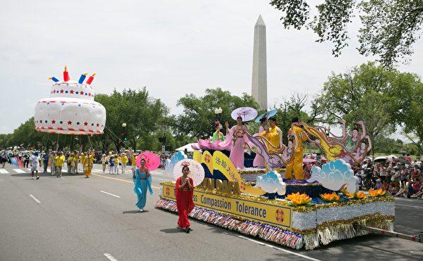今年是美國法輪功學員連續第18年受邀參加美國獨立日大遊行,也是天國樂團連續第14年受邀。圖為法輪功隊伍的花車。(李莎/大紀元)