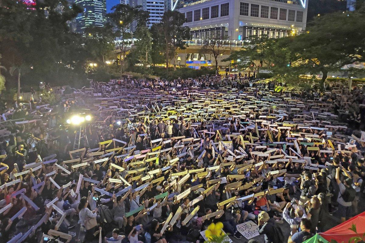 八千港人集會為年輕人打氣,呼籲年輕人珍惜生命,與成年人一起攜手反送中。(李逸/大紀元)