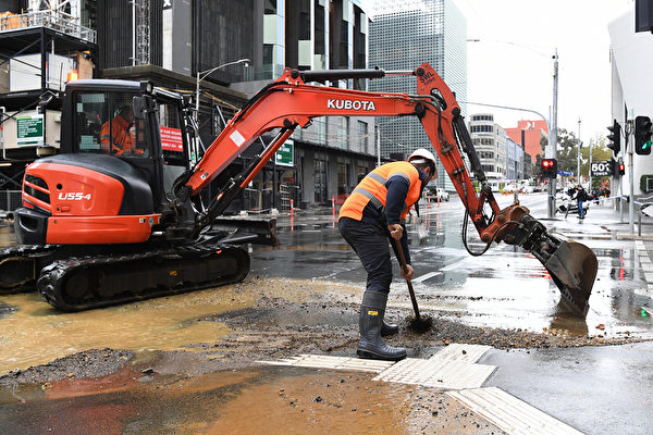 水管爆裂 墨市中心「水流成河」