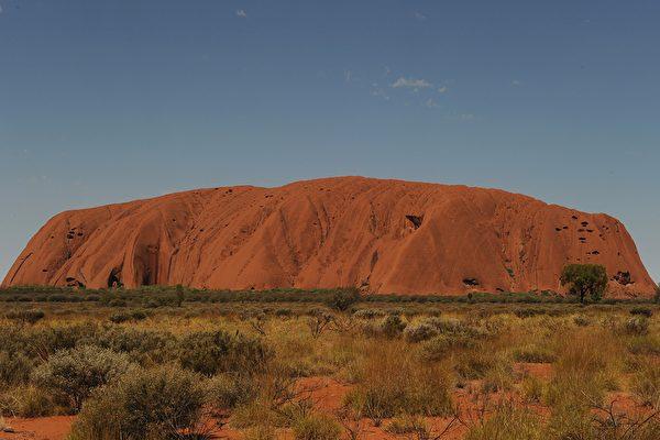 """澳洲""""大红石""""将禁止攀登 游客蜂拥而至"""