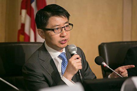 中國問題專家賀賓先生說,法輪功為這個動盪、充滿暴力的世界帶來了希望。(李莎/大紀元)
