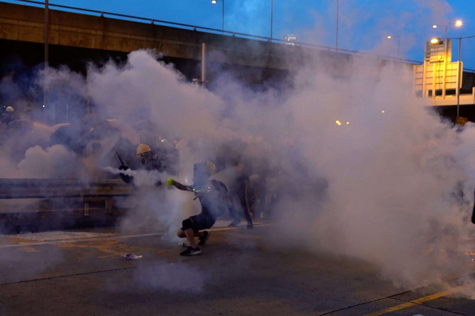 【7.28反送中組圖5】港警射催淚彈 民眾手丟腳踢對峙