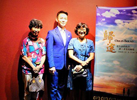 """许多慕名而来的观众,早早排队等候与剧中男主角姜光宇同框,一睹""""雍正王朝三阿哥""""的风采。"""