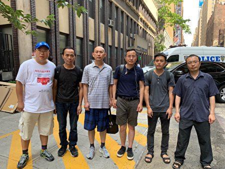 四名被打者(左二到左五)莫繼強、焦玉、崔永、王永紅,拿著證據,前往警察局報案。