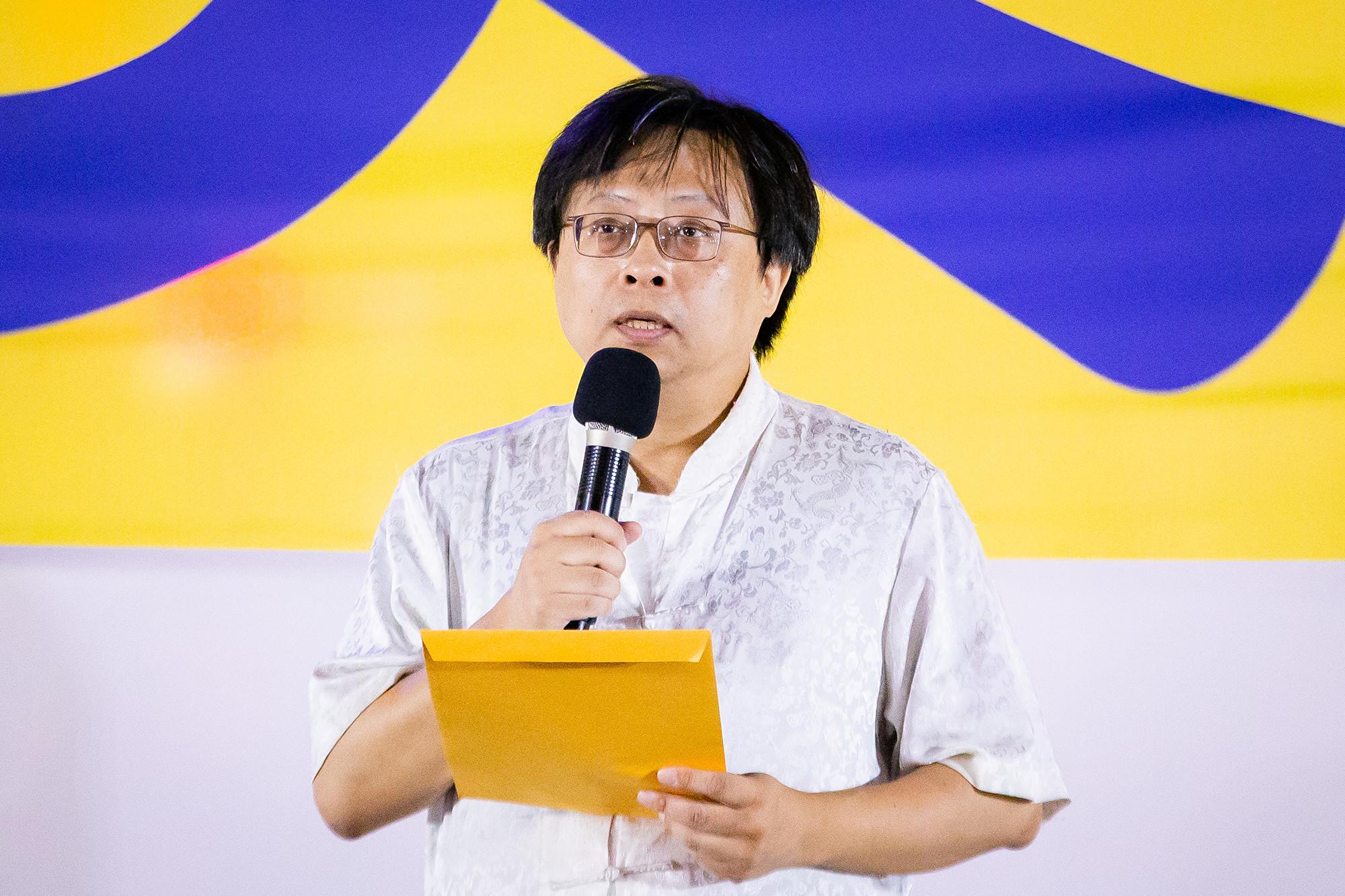 台灣北部部份法輪功學員7月20日晚間,在台北市民廣場舉行反迫害20周年記者會暨燭光悼念會。圖為華人民主書院董事長曾建元出席發言。(陳柏州/大紀元)