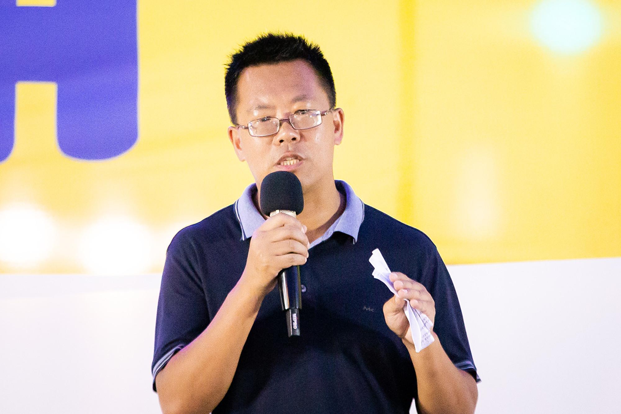 台灣北部部份法輪功學員7月20日晚間,在台北市民廣場舉行反迫害20周年記者會暨燭光悼念會。圖為著名維權律師滕彪出席發言。(陳柏州/大紀元)