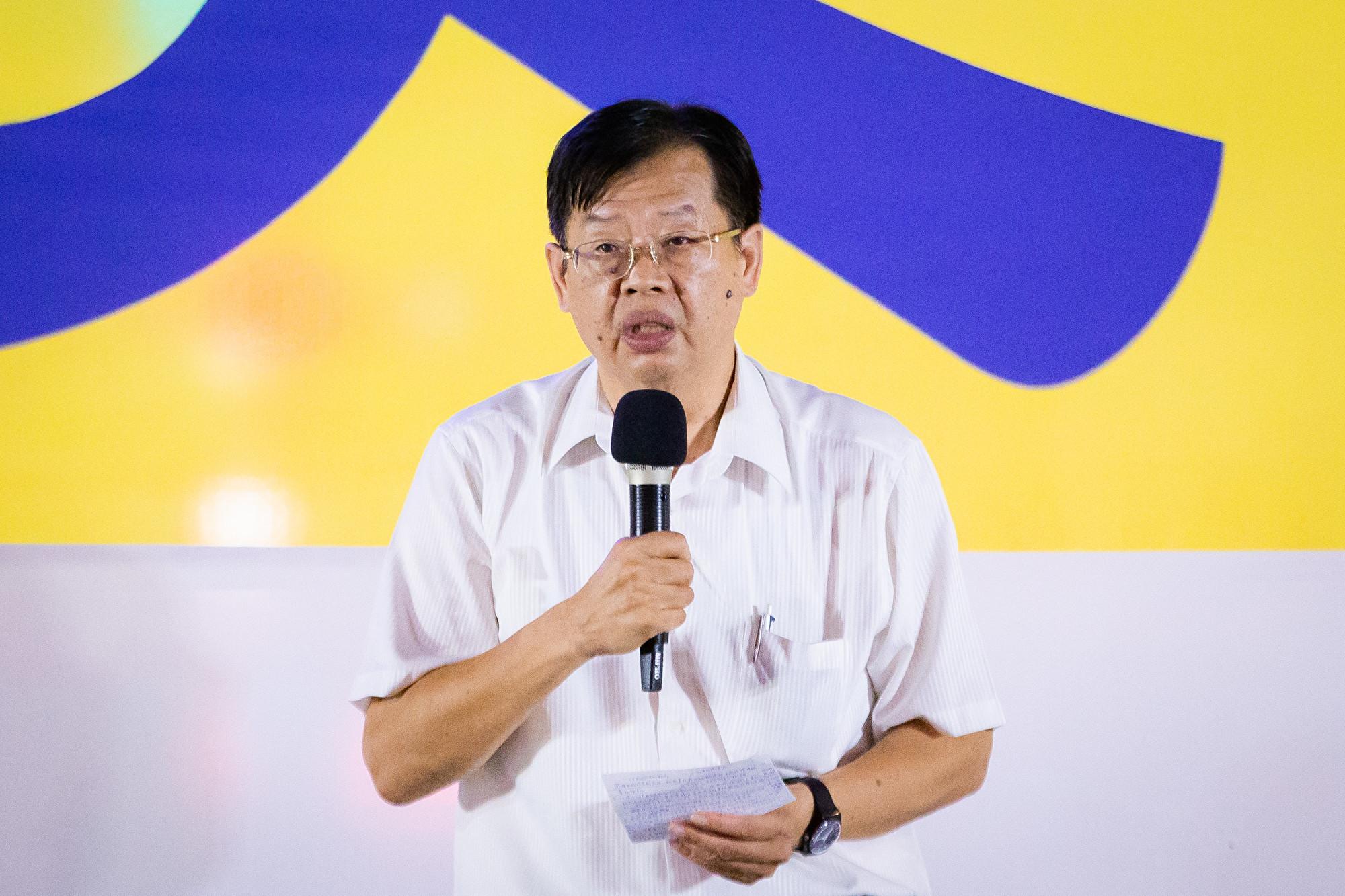 台灣北部部份法輪功學員7月20日晚間,在台北市民廣場舉行反迫害20周年記者會暨燭光悼念會。圖為人權律師魏千峰出席發言。(陳柏州/大紀元)