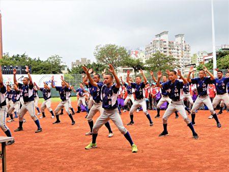 營隊也找來中山國中的大哥哥擔任小教練,大哥哥們用隊呼開場展現活力。