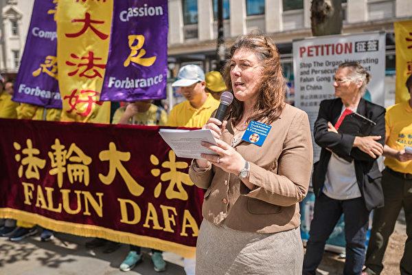 7月20日下午, 英國法輪大法協會代表Carolie Yates在倫敦聖馬丁教堂前集會發言。(晏寧/大紀元)