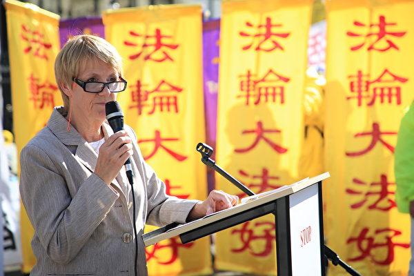 圖為法國右翼前部長弗朗索瓦絲‧奧斯塔利耶(Francoise Hostalier)女士2017年9月30日在巴黎證交所廣場前法輪功的集會上發表演講,支持法輪功學員的反迫害活動。 (章樂/大紀元)