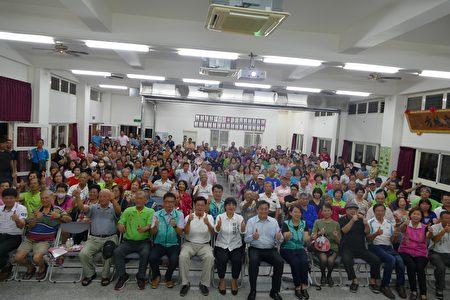 立委王定宇(前排右7)、蔡培慧(前排左7)与参与座谈的民众合影。