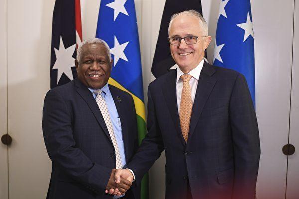 2018年6月13日,澳洲總理特恩布爾與所羅門群島總理何瑞朗會面。會面期間,雙方簽訂合同,阻斷華為建造連接澳洲和所羅門群島的海底電信光纜。(LUKAS COCH/AFP/Getty Images)