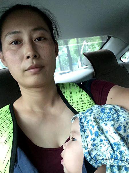 2016年8月,原珊珊流離失所,抱著女兒在北京找各種地方住。(作者提供)