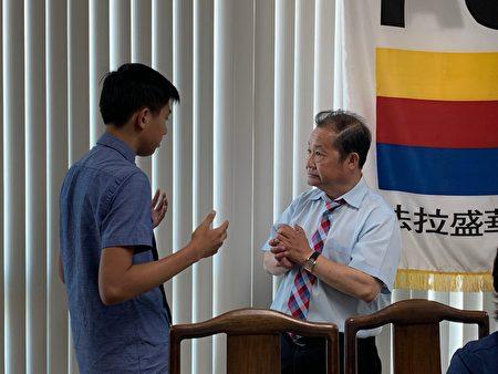 实习生与华商会总干事杜彼得交流。
