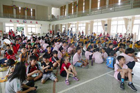 东海关怀营在中寮国小举行结业式。