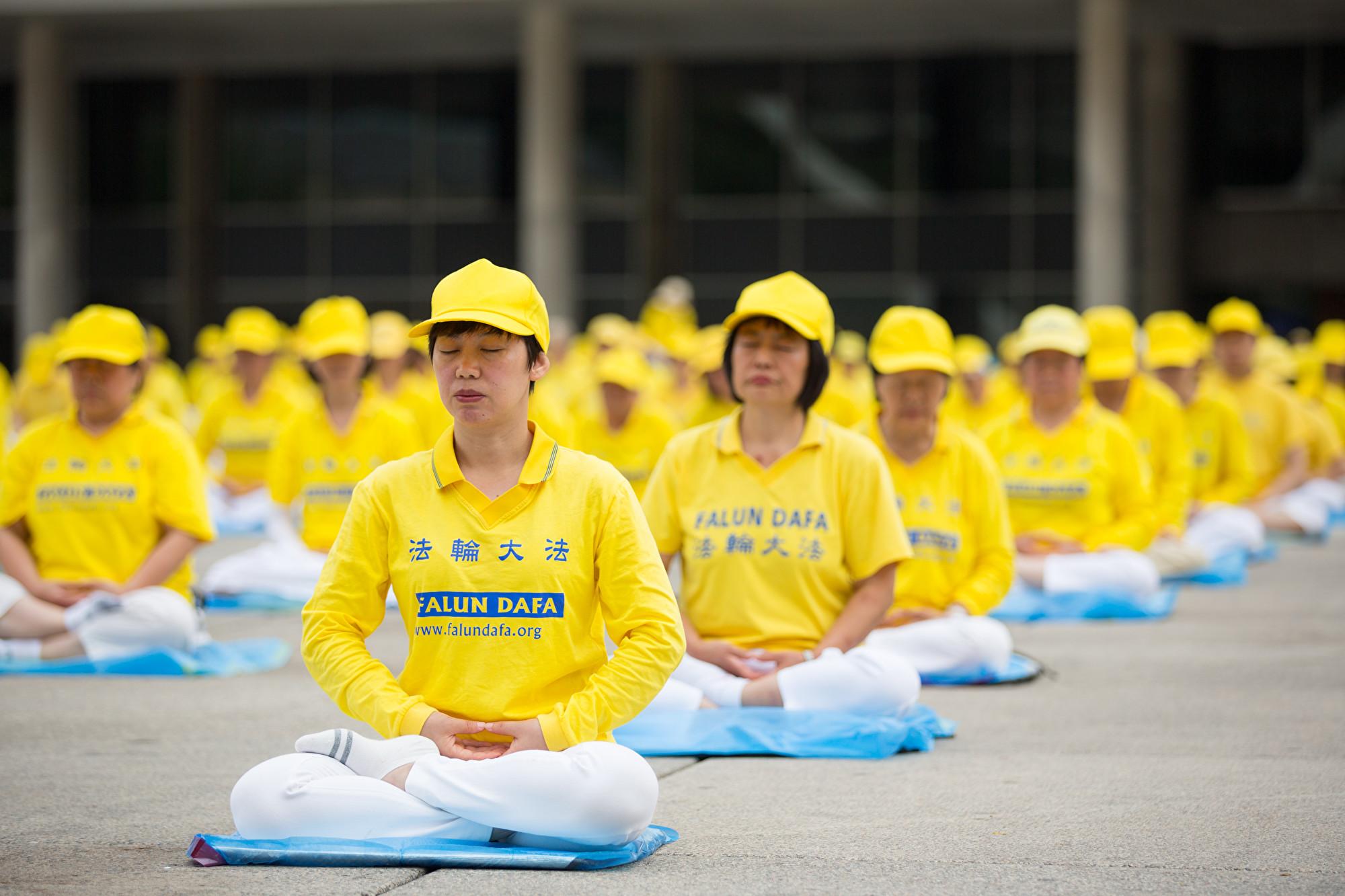 2019年7月20日,法輪功學員在多倫多市政廳前集體煉功。(艾文/大紀元)