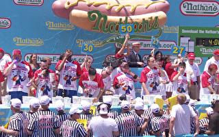 康尼岛独立日吃热狗大赛 去年男女冠军蝉联第一