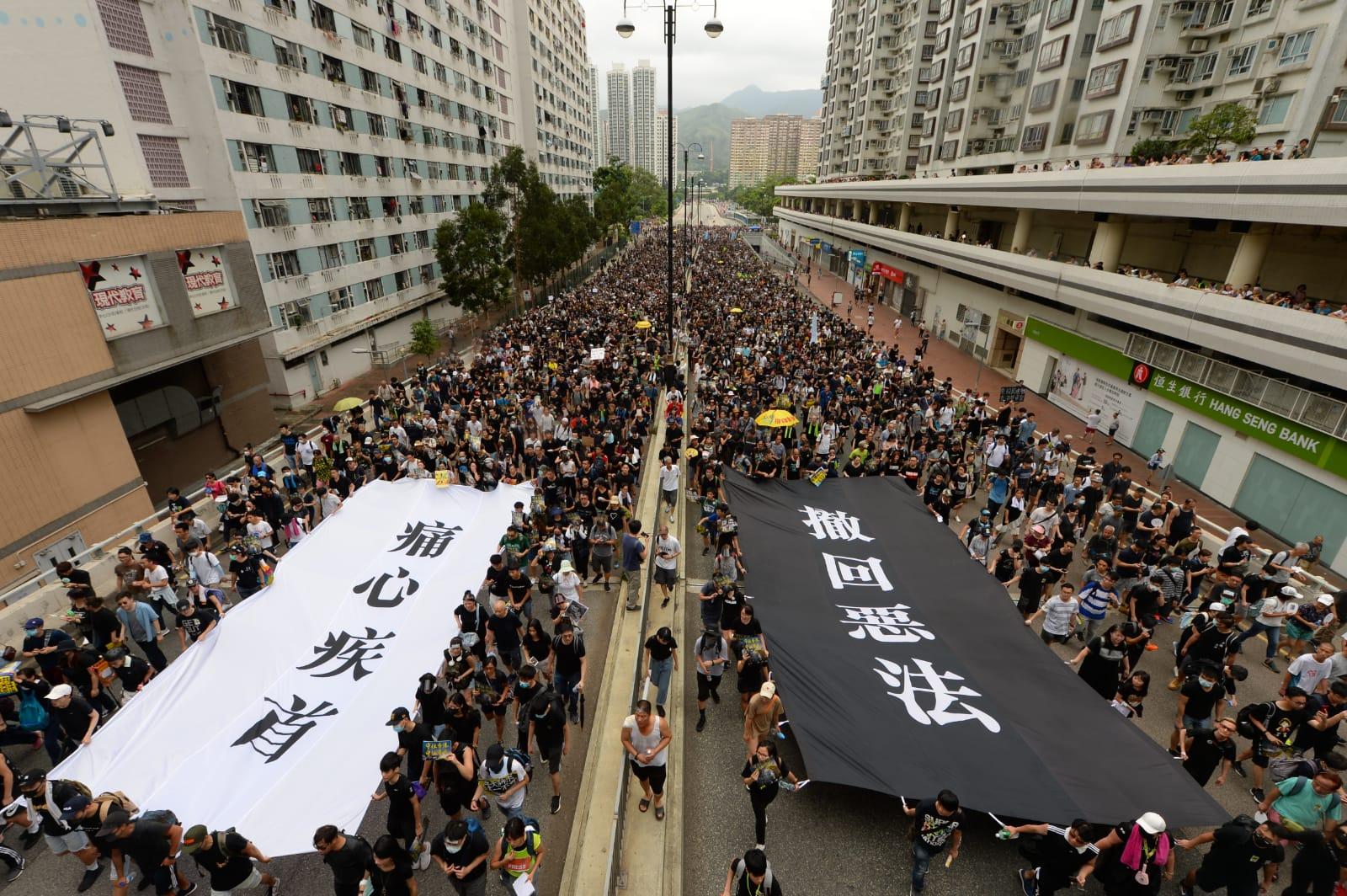 繼7月7日的香港九龍區23萬人大遊行之後,沙田區7月14日亦首次舉辦大遊行,延續「反送中」抗爭。鄉事會路的六條行車線擠滿了遊行人士。 (宋祥龍/大紀元)