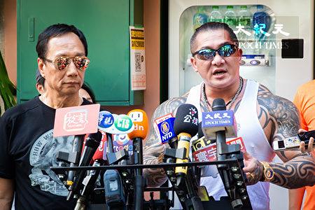 國民黨總統初選參選人郭台銘(左)1日與網紅「館長」陳之漢(右)一同爬象山。(陳柏州/大紀元)