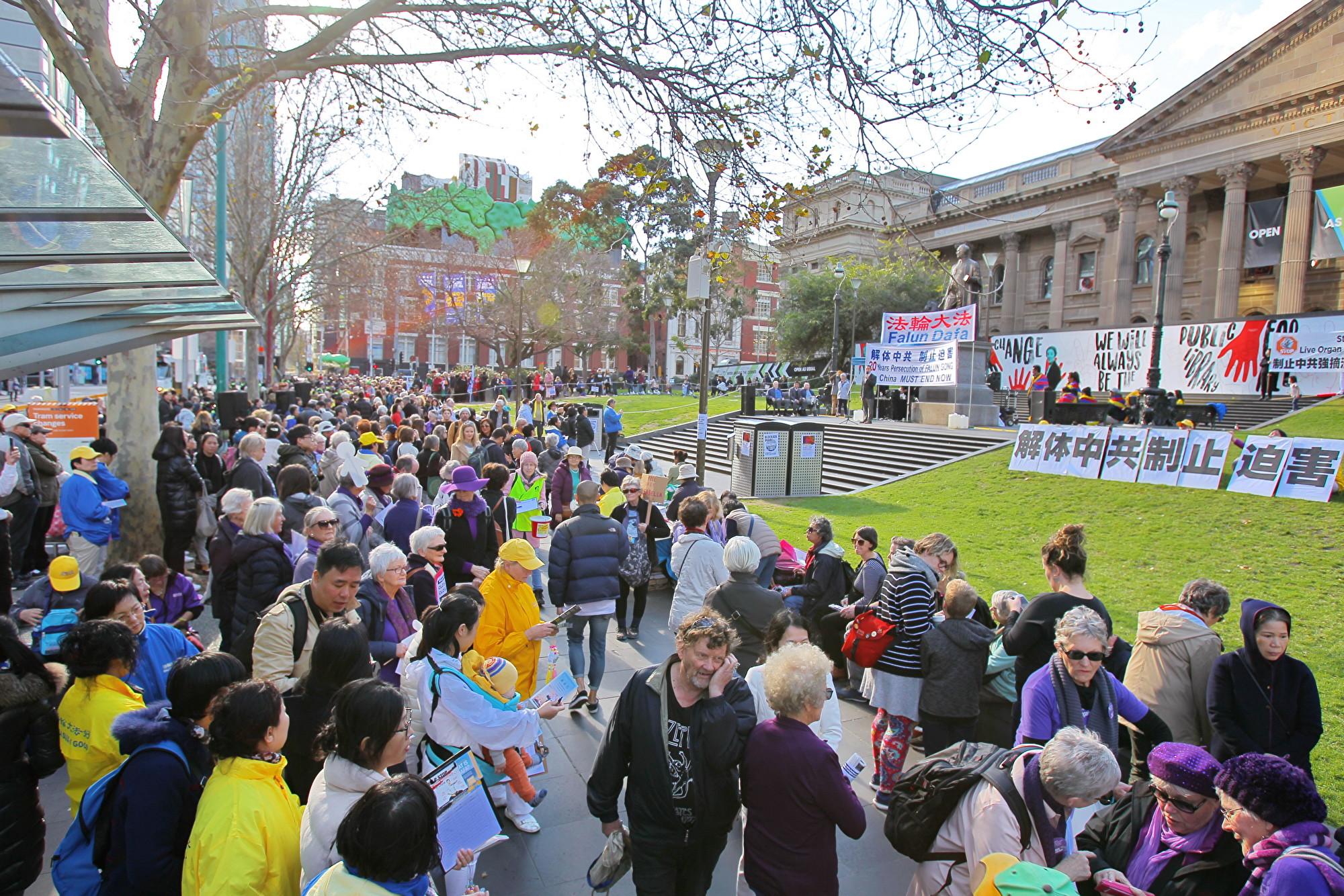 2019年7月20日,墨爾本部份法輪功學員在州立圖書館(State Library of Victoria)前舉行7‧20反迫害集會活動。 (陳明/大紀元)