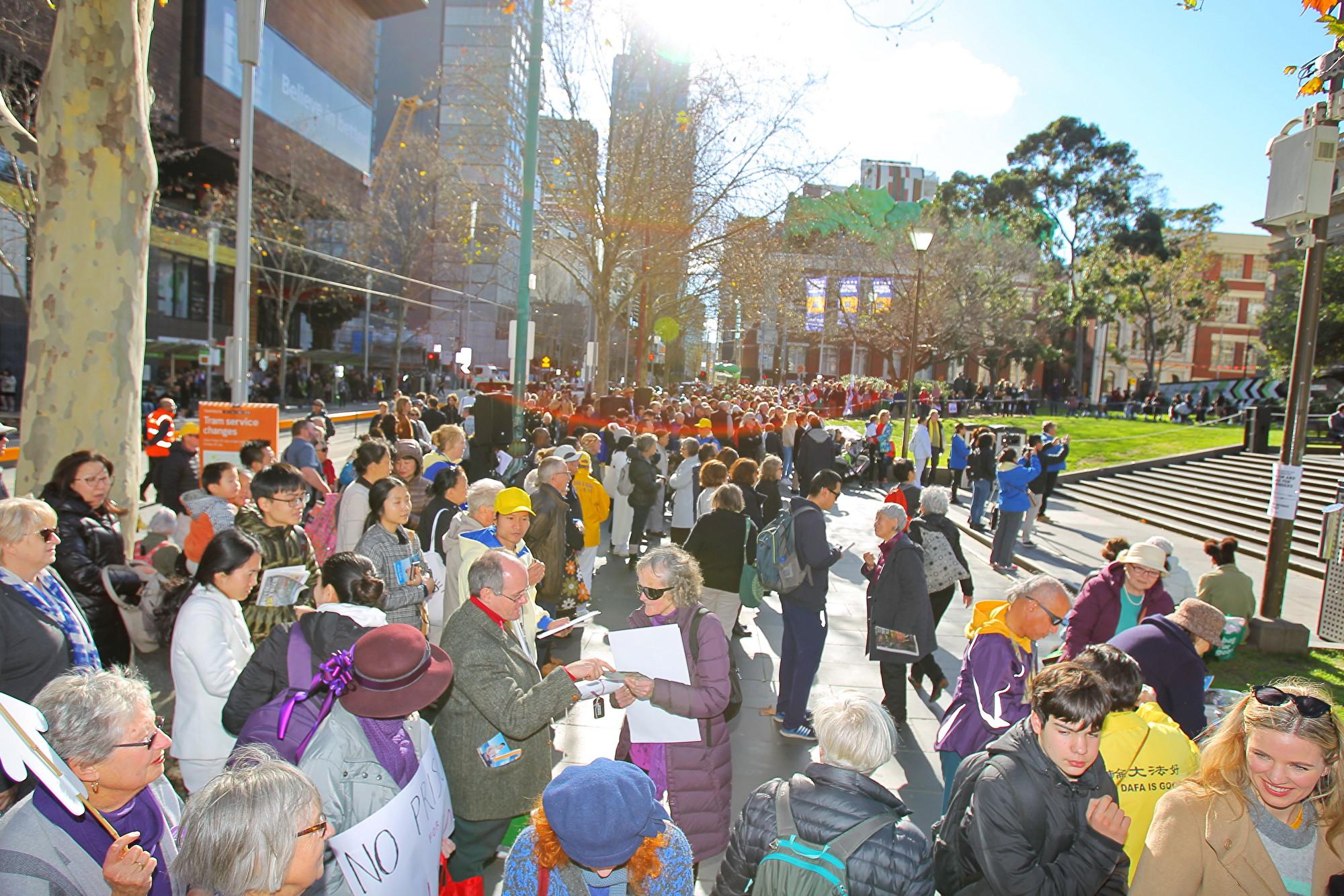2019年7月20日,墨爾本法輪功學員在州立圖書館(State Library of Victoria)前舉行7‧20反迫害集會活動。圖為現場觀眾。 (陳明/大紀元)
