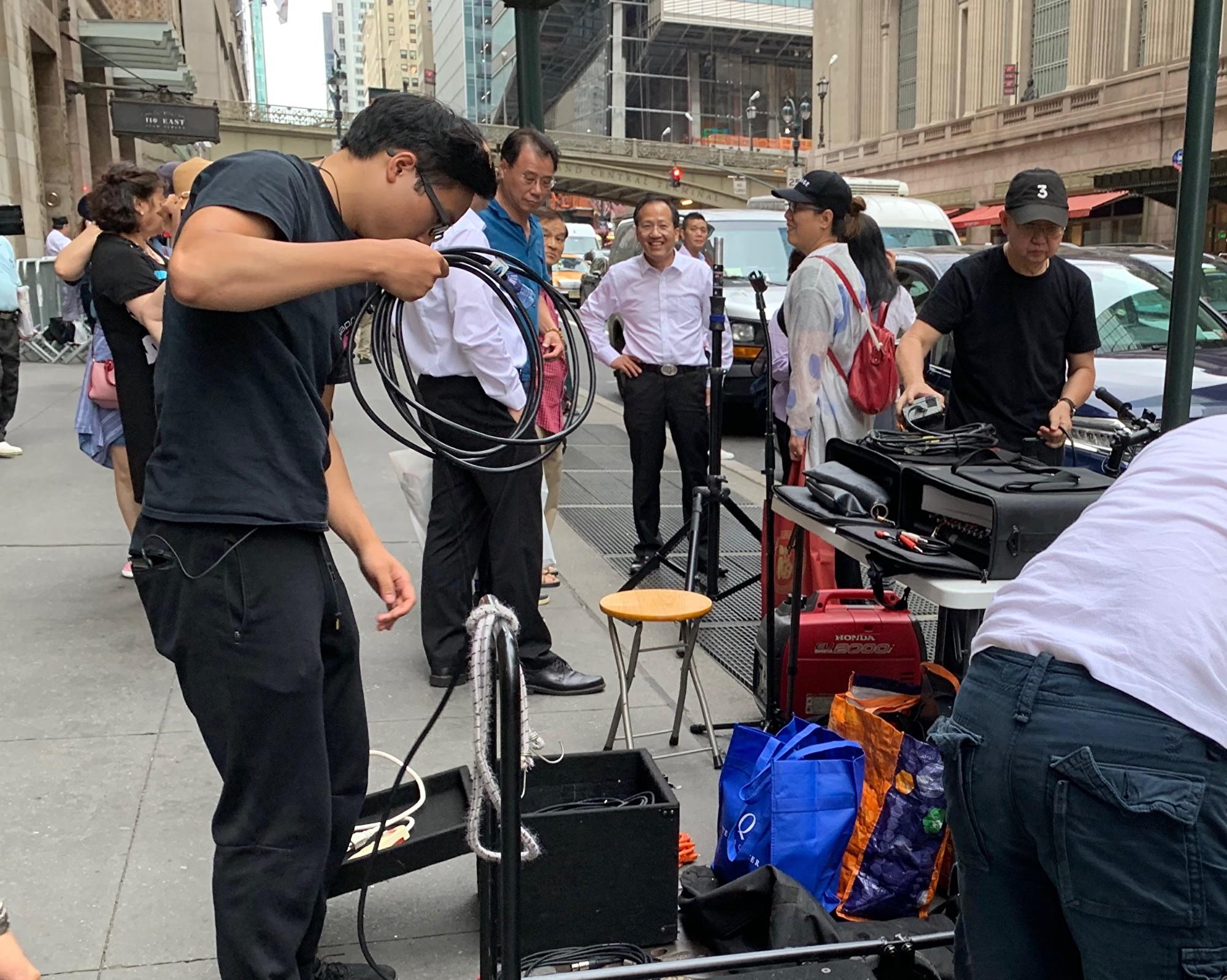 中共在美國的外圍組織「美東華人社團聯合總會」的主席梁冠軍,在11日中午、蔡英文抵達下榻酒店的前幾個小時,在酒店對面馬路指揮佈置場地。(大紀元)