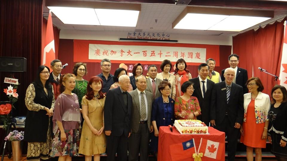 圖:加拿大多元文化中心舉辦精彩紛呈的藝文表演,慶祝加拿大國慶日並感恩這塊土地的賜予。圖為藝文表演現場與嘉賓。(加拿大多元文化中心提供)