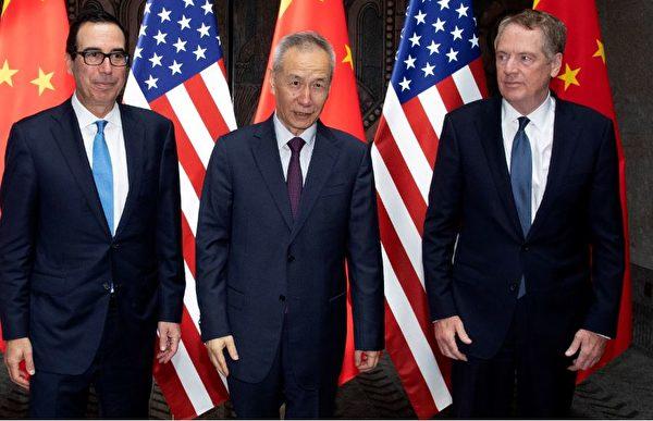當地時間周三上午,中美談判前,美國貿易代表羅伯特・萊特希澤(右)、財政部長史蒂芬・姆欽(左)和中共副總理劉鶴(中)在媒體面前拍照。(Ng Han Guan / POOL / AFP)
