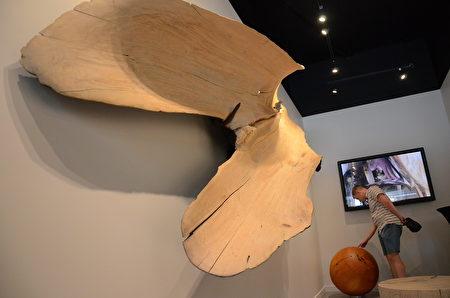"""7月23日,温南Kerrisdale社区迎来了本地著名艺术家布兰特·康布尔的木质雕塑展-""""树丛之上""""(Above the Trees)。展出将免费开放至10月中旬。(余天白/大纪元)"""