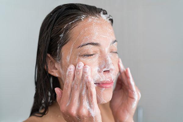 洗澡,洗臉,洗浴。示意圖。(Maridav/Shutterstock)