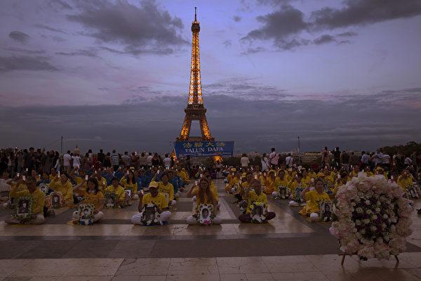 图组:反迫害20年 法轮功巴黎人权广场悼同修