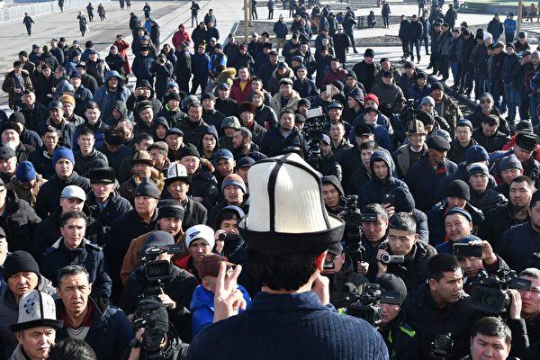 圖為1月17日吉國首都抗議現場。(VYACHESLAV OSELEDKO/AFP/Getty Images)