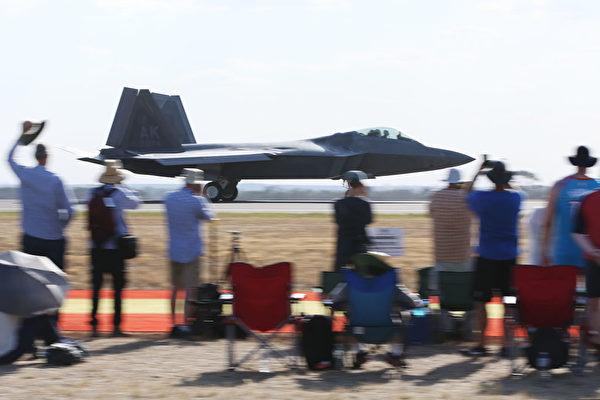F-22是第五代隱形噴氣式飛機,是美國首屈一指的空中優勢戰鬥機。(Michael Dodge/Getty Images)