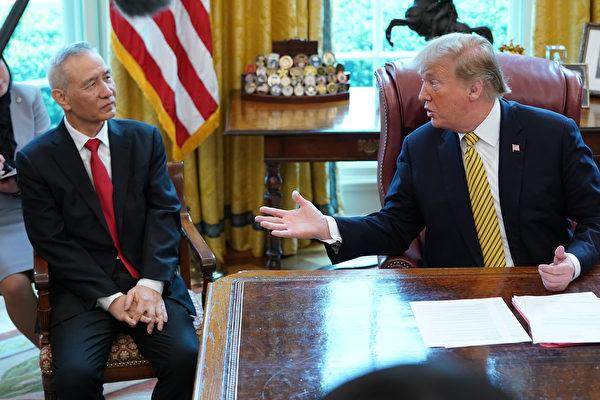 專家指,中共密切關注美國總統特朗普2020年的競選進展,這恐使中共再度誤判美方形勢。圖為2018年4月4日,特朗普在白宮橢圓形辦公室會見中共國務院副總理劉鶴。(Chip Somodevilla/Getty Images)