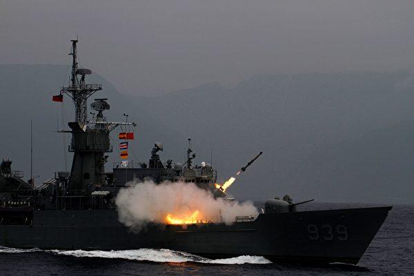 2019年5月22日,台灣一艘驅逐艦在花蓮外海演習時發射反潛火箭。(HSU TSUN-HSU/AFP/Getty Images)