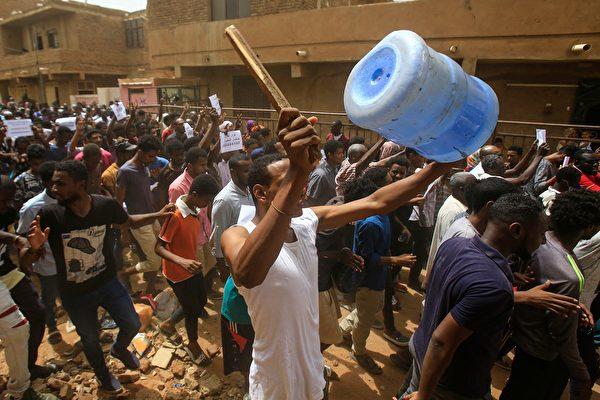 2019年6月30日,蘇丹民眾在街頭遊行並抗議。(ASHRAF SHAZLY/AFP/Getty Images)