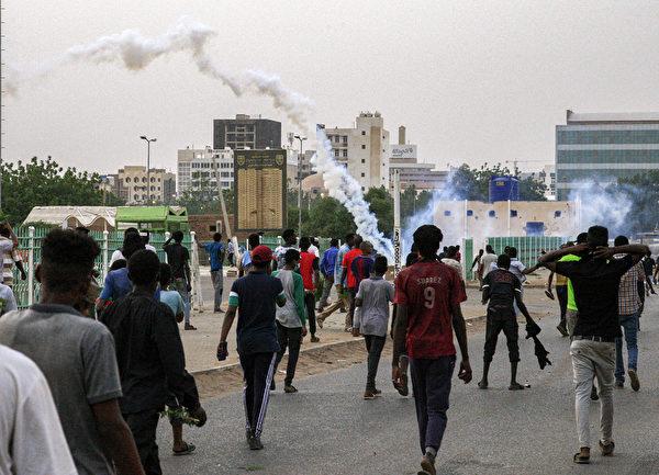 蘇丹軍警在喀土穆街頭施放催淚煤氣以驅散民眾。(EBRAHIM HAMID/AFP/Getty Images)