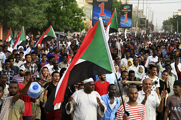 2019年6月30日,蘇丹民眾在街頭遊行並抗議。(EBRAHIM HAMID/AFP/Getty Images)