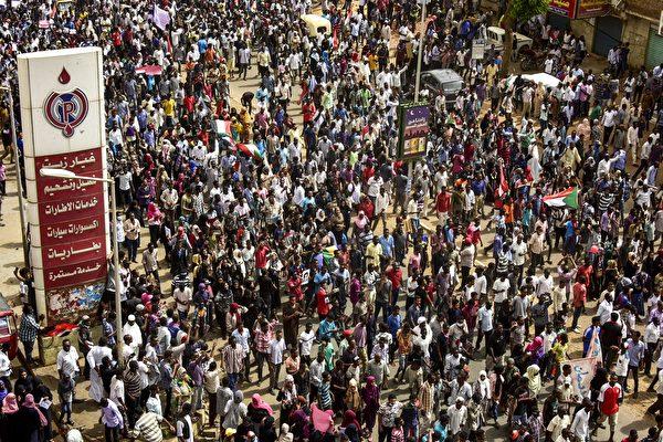 數萬人上街抗議 蘇丹血腥鎮壓 已7死181傷