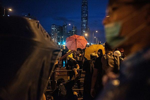 7月1日清晨,市民遭暴力清场。(PHILIP FONG/AFP/Getty Images)