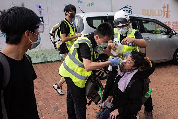抗议者受伤。( PHILIP FONG/AFP/Getty Images)