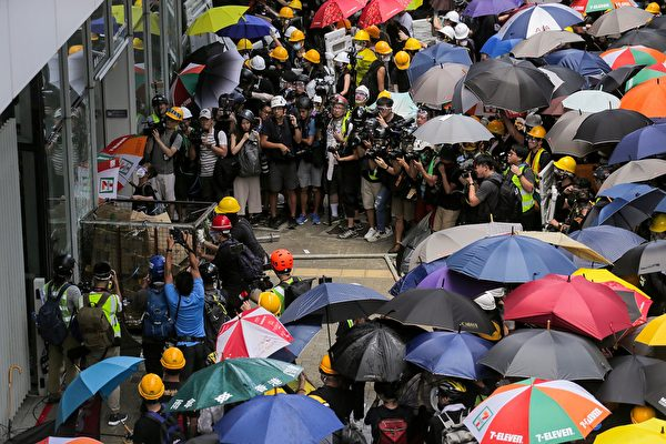 抗议者冲击玻璃门。(VIVEK PRAKASH/AFP/Getty Images)
