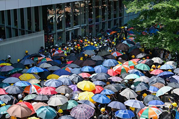 抗议者仍要冲击玻璃门。(ANTHONY WALLACE/AFP/Getty Images)